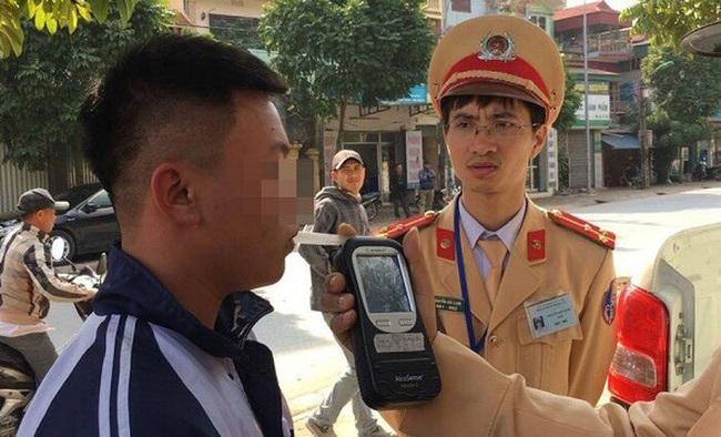 Hà Nội: Nam sinh viên đi dự đám cưới uống chén rượu trên đường về gặp CSGT bị phạt nặng - Ảnh 1.