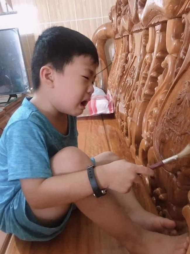 Cậu bé nức nở khi phải ngồi lau bàn ghế những ngày giáp Tết, dân mạng cũng méo mặt vì đồng cảm - Ảnh 1.