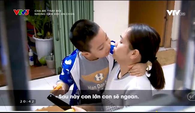 """Cậu bé 5 tuổi lúc nào cũng thích sà vào lòng mẹ nhưng bị khước từ vì lý do """"con trai phải mạnh mẽ"""", câu nói sau cùng khiến ai cũng giật mình - Ảnh 1."""