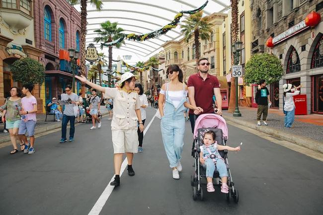 Ngắm tiểu công chúa Myla đi chơi Singapore, ai cũng tò mò về chiếc bàn chải đánh răng cô nhóc cầm theo, hóa ra lý do lại buồn cười hết sức - Ảnh 4.