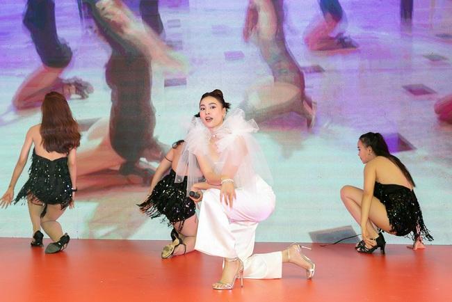 Ninh Dương Lan Ngọc hát live cực hay ho, vừa xuất hiện đã khiến fan náo loạn  - Ảnh 8.