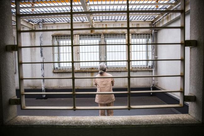 """""""Vào tù dưỡng già"""": Lối thoát cực đoan của những người phụ nữ cô độc và hệ quả nghiêm trọng đè nặng xã hội Nhật Bản - Ảnh 2."""
