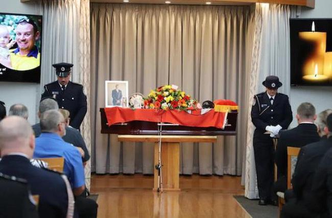 Bé trai 19 tháng tuổi ngậm ti giả nhận huy chương thay người cha đã khuất, hy sinh trong thảm họa cháy rừng ở Úc - Ảnh 3.