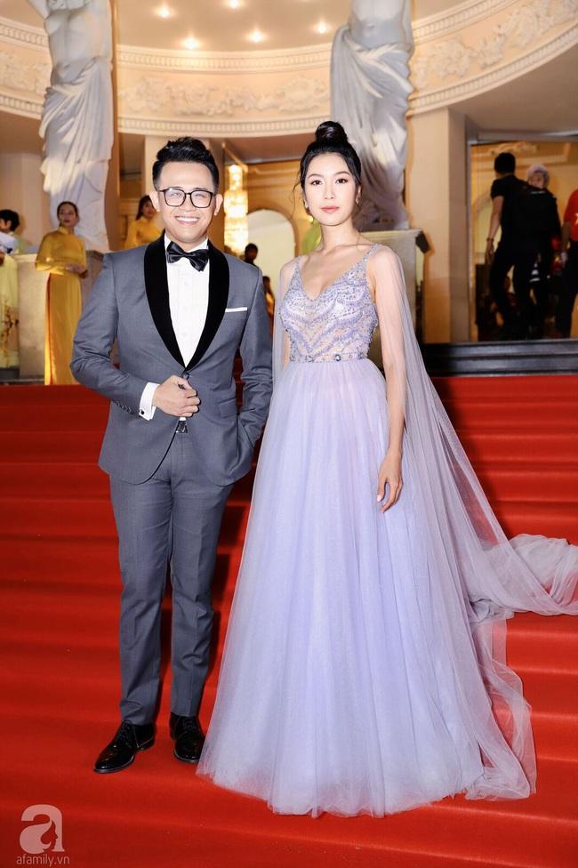 Thảm đỏ Lễ trao Giải Mai Vàng: Nhật Kim Anh gợi cảm những vẫn để lộ thân hình kém thon gọn, Lâm Vỹ Dạ tươi tắn cạnh ông xã  - Ảnh 3.