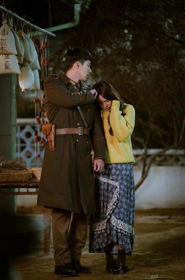 """Crash Landing On You: Ngắm Son Ye Jin chợt nhận ra combo váy áo dễ biến chị em thành """"bà cô"""", nàng ngoài 30 càng phải lưu tâm - Ảnh 4."""