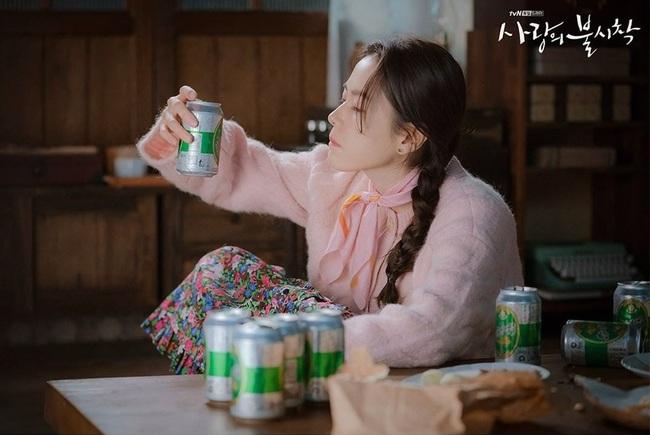 """Crash Landing On You: Ngắm Son Ye Jin chợt nhận ra combo váy áo dễ biến chị em thành """"bà cô"""", nàng ngoài 30 càng phải lưu tâm - Ảnh 3."""