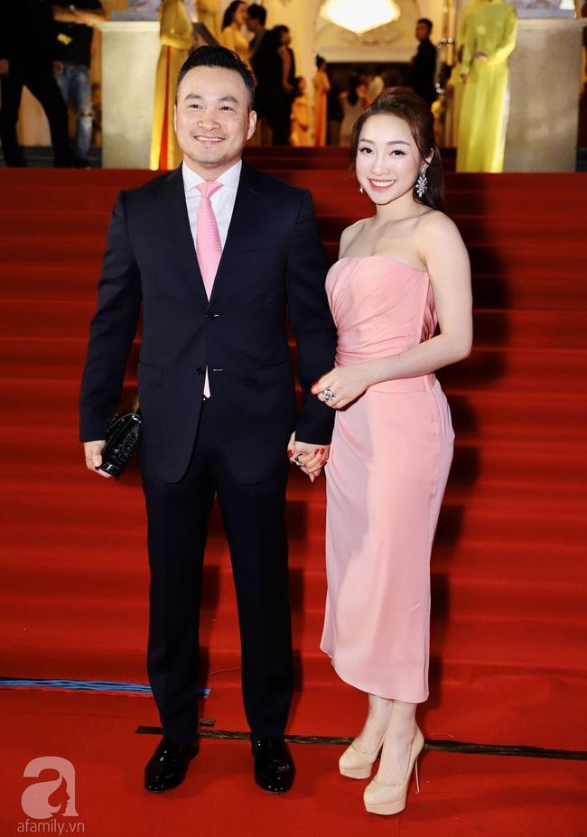 Thảm đỏ Lễ trao giải Mai Vàng: Nhật Kim Anh gợi cảm những vẫn để lộ thân hình kém thon gọn, Lâm Vỹ Dạ tươi tắn cạnh ông xã  - Ảnh 6.