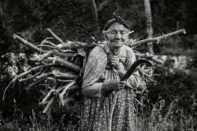 Đi lạc trên núi, cậu thanh niên được bà lão chỉ cho 3 con đường về nhà kèm vài câu nói giúp thức tỉnh loạt dân công sở - Ảnh 3.
