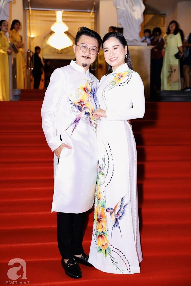 Thảm đỏ Lễ trao Giải Mai Vàng: Nhật Kim Anh gợi cảm những vẫn để lộ thân hình kém thon gọn, Lâm Vỹ Dạ tươi tắn cạnh ông xã  - Ảnh 2.