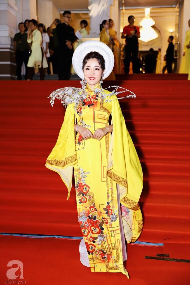Thảm đỏ Lễ trao giải Mai Vàng: Nhật Kim Anh gợi cảm những vẫn để lộ thân hình kém thon gọn, Lâm Vỹ Dạ tươi tắn cạnh ông xã  - Ảnh 9.