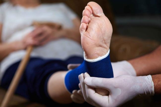 Đau chân không đơn thuần chỉ khó chịu mà là dấu hiệu của 7 loại bệnh khác nhau, cần nắm vững nếu không muốn nhập viện cấp cứu - Ảnh 1.