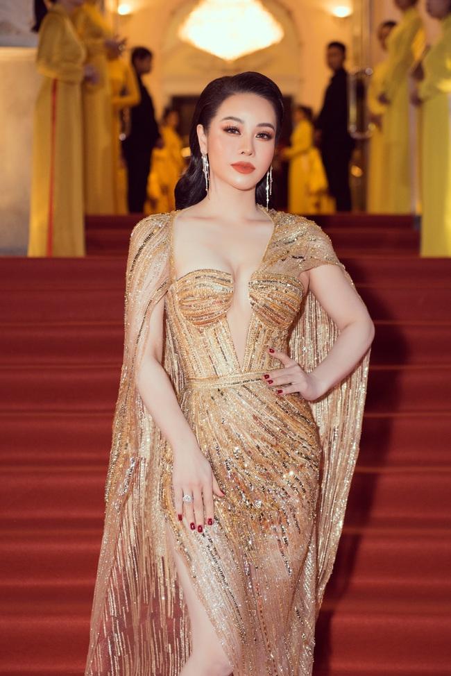 Thảm đỏ Lễ trao giải Mai Vàng: Nhật Kim Anh gợi cảm vẫn để lộ thân hình kém thon gọn, Lâm Vỹ Dạ tươi tắn cạnh ông xã  - Ảnh 1.