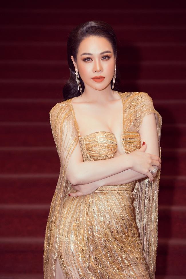 Thảm đỏ Lễ trao giải Mai Vàng: Nhật Kim Anh gợi cảm vẫn để lộ thân hình kém thon gọn, Lâm Vỹ Dạ tươi tắn cạnh ông xã  - Ảnh 2.