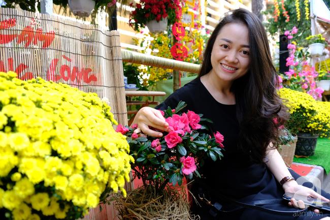 Gác nỗi đau con viêm tuỵ nặng, mẹ già bị tai biến ngắm đường hoa tại BV Chợ Rẫy cho vơi nỗi buồn - Ảnh 6.