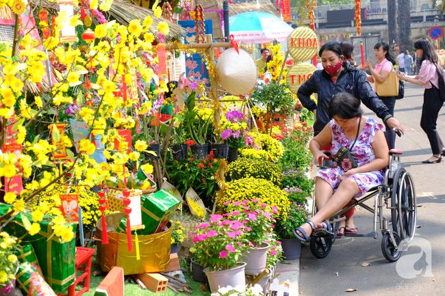 Gác nỗi đau con viêm tuỵ nặng, mẹ già bị tai biến ngắm đường hoa tại BV Chợ Rẫy cho vơi nỗi buồn - Ảnh 10.