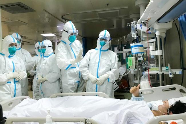 """Chiến đấu với bệnh tật thôi chưa đủ, y bác sĩ Vũ Hán còn đối mặt với muôn vàn khó khăn từ thiếu trang thiết bị đến """"thù trong giặc ngoài"""" - Ảnh 2."""