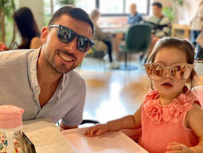 Bé Myla con gái Hà Anh cực dễ thương đón sinh nhật bố, dân mạng phì cười với cách nữ siêu mẫu khiến cô bé ngồi yên để cả nhà được ăn ngon lành - Ảnh 2.