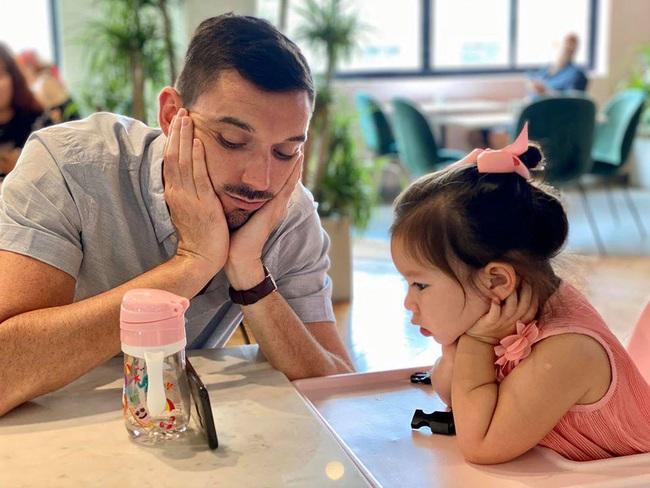 Bé Myla con gái Hà Anh cực dễ thương đón sinh nhật bố, dân mạng phì cười với cách nữ siêu mẫu khiến cô bé ngồi yên để cả nhà được ăn ngon lành - Ảnh 4.
