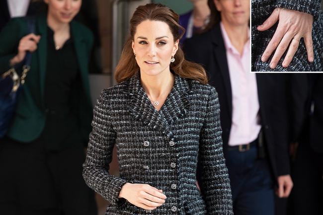 """Công nương Kate đột nhiên tháo nhẫn đính hôn trong sự kiện gần đây: Tưởng cô """"dỗi"""" chồng, hóa ra là vì một lý do rất cảm động - Ảnh 2."""