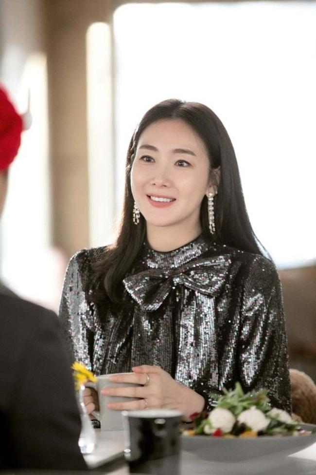 """Xuất hiện vài phút trong """"Hạ Cánh Nơi Anh"""", Choi Ji Woo đem đến đẳng cấp khác hẳn cho chiếc đầm 22 triệu, đẹp ăn đứt người mẫu - Ảnh 2."""
