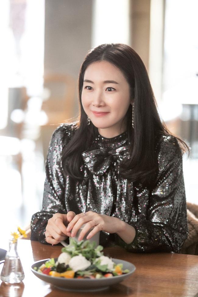 """Xuất hiện vài phút trong """"Hạ Cánh Nơi Anh"""", Choi Ji Woo đem đến đẳng cấp khác hẳn cho chiếc đầm 22 triệu, đẹp ăn đứt người mẫu - Ảnh 1."""