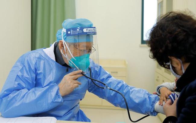 Bác sĩ Đổng Tông Kỳ: Thiên thần áo trắng bất chấp tuổi tác, kiên quyết ngồi xe lăn