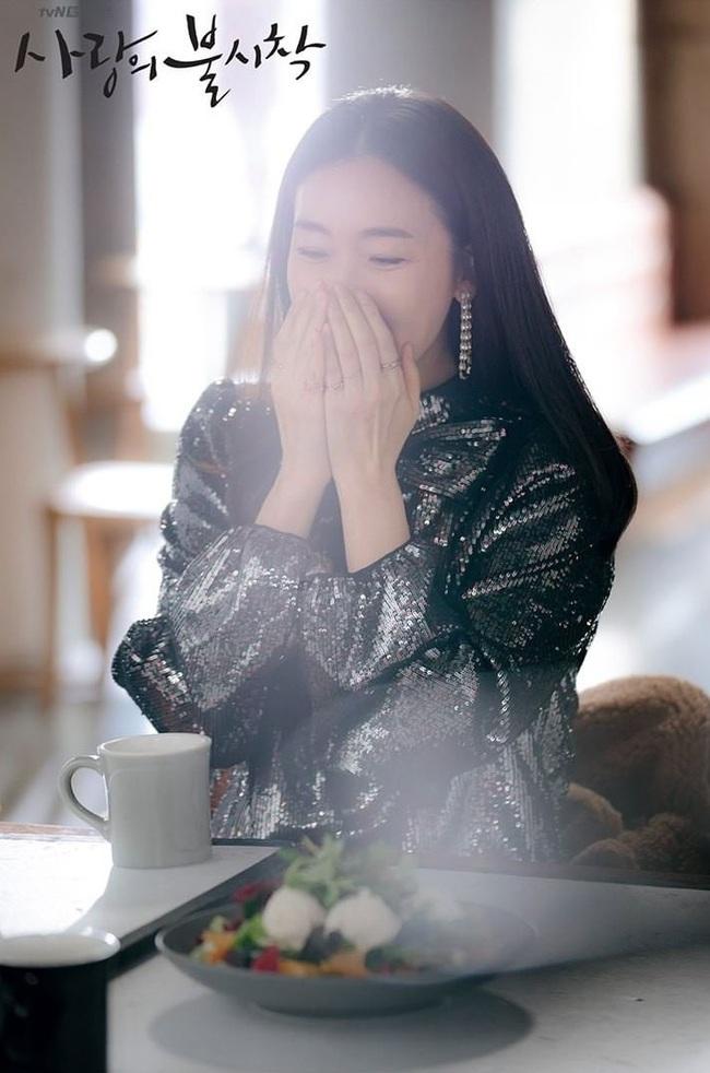 """Xuất hiện vài phút trong """"Hạ Cánh Nơi Anh"""", Choi Ji Woo đem đến đẳng cấp khác hẳn cho chiếc đầm 22 triệu, đẹp ăn đứt người mẫu - Ảnh 4."""