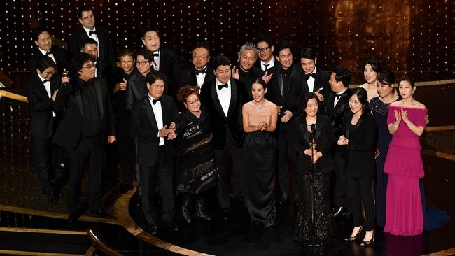 Kết quả Oscar 2020: Ký sinh trùng đi vào lịch sử giành 4 giải lớn, đạo diễn Boong Joon Ho ngồi sụp ở cánh gà vì choáng váng - Ảnh 2.