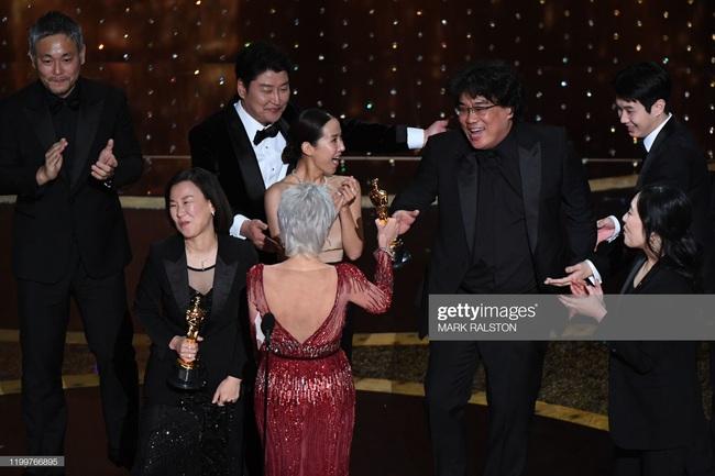 Kết quả Oscar 2020: Ký sinh trùng đi vào lịch sử giành 4 giải lớn, đạo diễn Boong Joon Ho ngồi sụp ở cánh gà vì choáng váng - Ảnh 3.