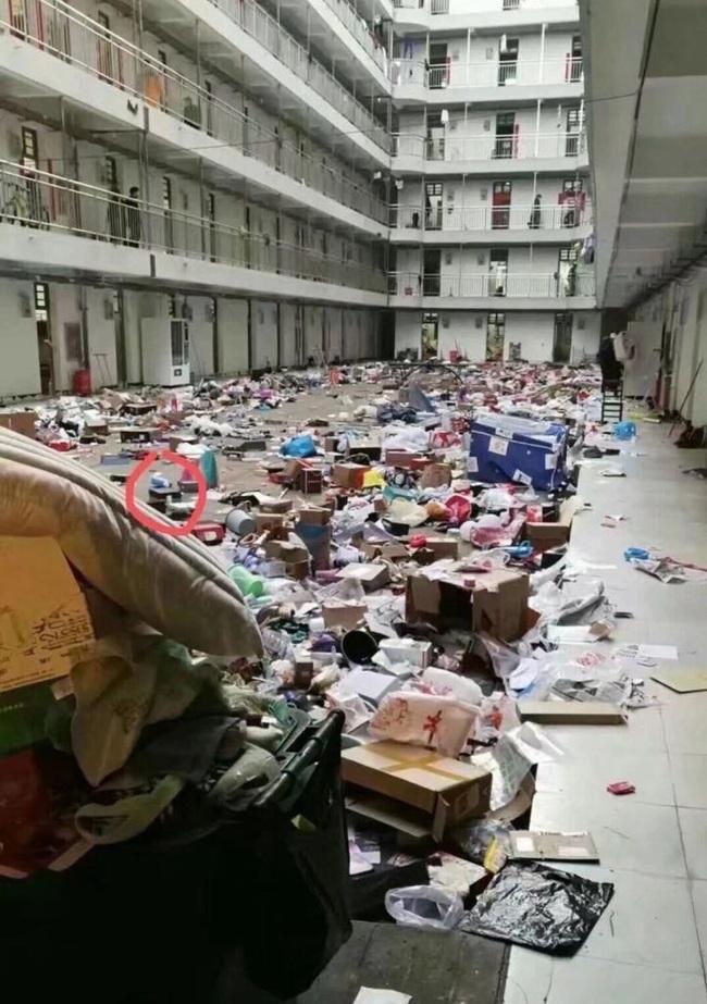 Ký túc xá được trưng dụng làm nơi cách ly bệnh nhân nhiễm corona, nhà trường tự ý vứt đồ đạc sinh viên để lại khiến dư luận phẫn nộ - Ảnh 3.