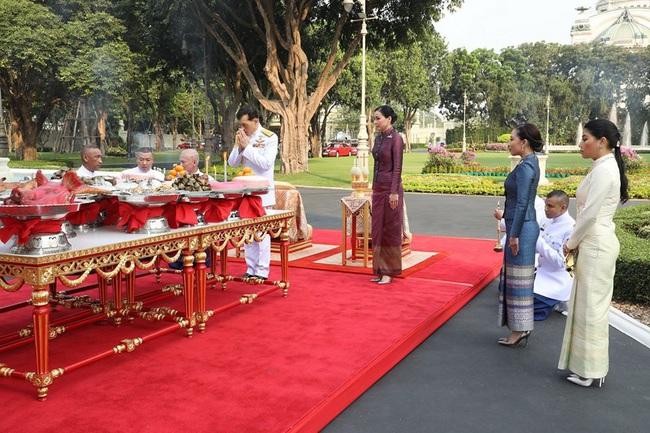 Hoàng hậu Thái Lan tái xuất sau một thời gian vắng bóng, vẻ ngoài rạng rỡ, làm lu mờ cả hai con riêng của chồng - Ảnh 3.