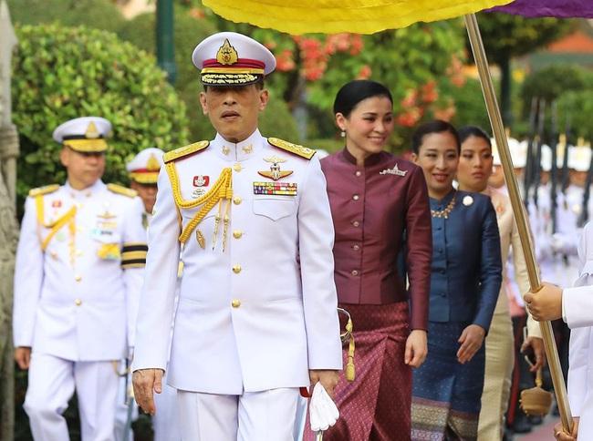 Hoàng hậu Thái Lan tái xuất sau một thời gian vắng bóng, vẻ ngoài rạng rỡ, làm lu mờ cả hai con riêng của chồng - Ảnh 1.