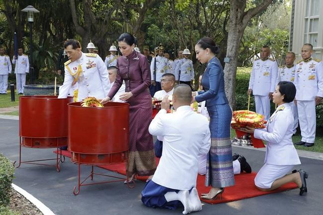 Hoàng hậu Thái Lan tái xuất sau một thời gian vắng bóng, vẻ ngoài rạng rỡ, làm lu mờ cả hai con riêng của chồng - Ảnh 4.