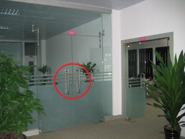 Tưởng chỉ sát khuẩn tay sau khi bấm thang máy nhưng đây mới là ổ vi khuẩn nguy hiểm mà dân công sở thường bỏ qua - Ảnh 2.