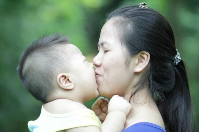 Mẹ có con nhỏ có cần phải hạn chế ôm hay tiếp xúc với con không vì mẹ đi làm và tiếp xúc với nhiều người trong ngày - Ảnh 1.