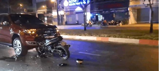 CLIP: Xe máy đâm trực diện vào ô tô, người đàn ông văng xuống đường, hiện trường vụ việc thật sự rất ám ảnh - Ảnh 2.
