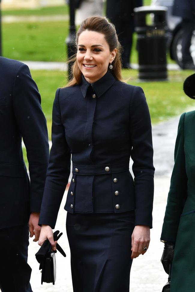 """Vì bộ cánh """"tố"""" vóc dáng gầy guộc mà Công nương Kate bị dân tình chê mặc xấu, so với bà Camilla vẫn còn thua kém - Ảnh 4."""