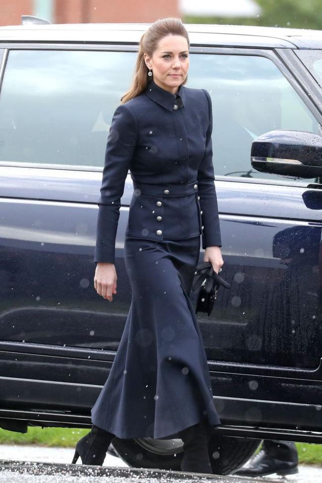 """Vì bộ cánh """"tố"""" vóc dáng gầy guộc mà Công nương Kate bị dân tình chê mặc xấu, so với bà Camilla vẫn còn thua kém - Ảnh 3."""