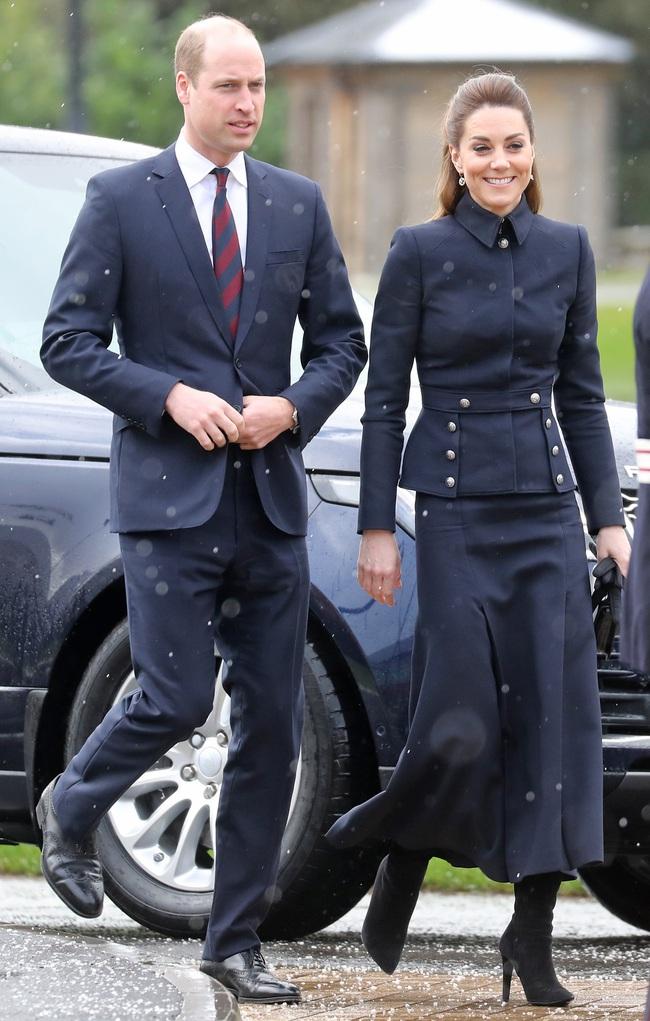 """Vì bộ cánh """"tố"""" vóc dáng gầy guộc mà Công nương Kate bị dân tình chê mặc xấu, so với bà Camilla vẫn còn thua kém - Ảnh 2."""
