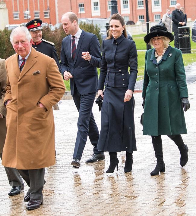 """Vì bộ cánh """"tố"""" vóc dáng gầy guộc mà Công nương Kate bị dân tình chê mặc xấu, so với bà Camilla vẫn còn thua kém - Ảnh 1."""