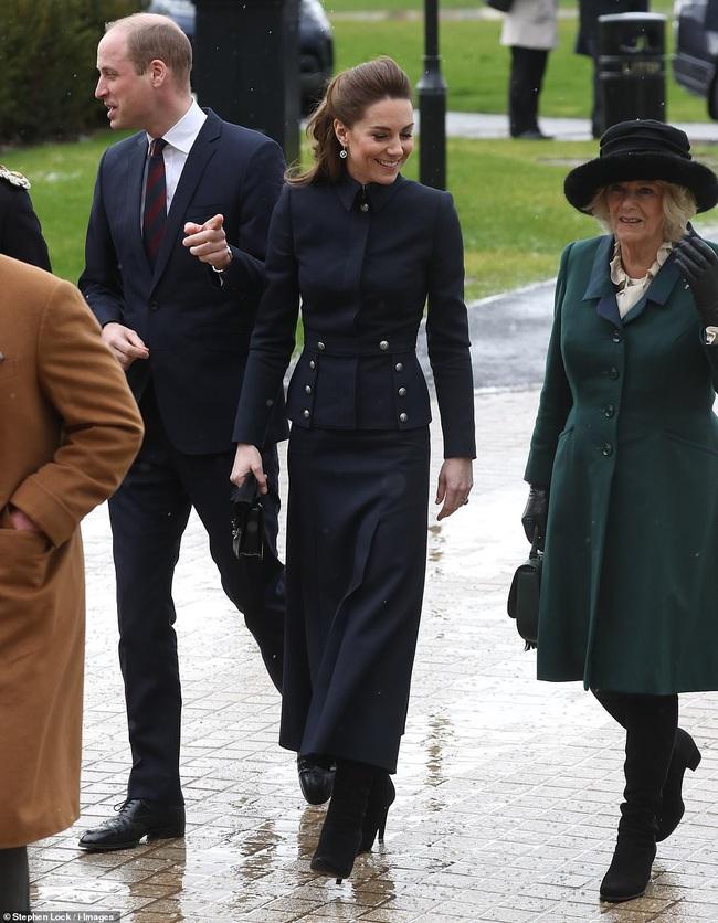 """Vì bộ cánh """"tố"""" vóc dáng gầy guộc mà Công nương Kate bị dân tình chê mặc xấu, so với bà Camilla vẫn còn thua kém - Ảnh 5."""