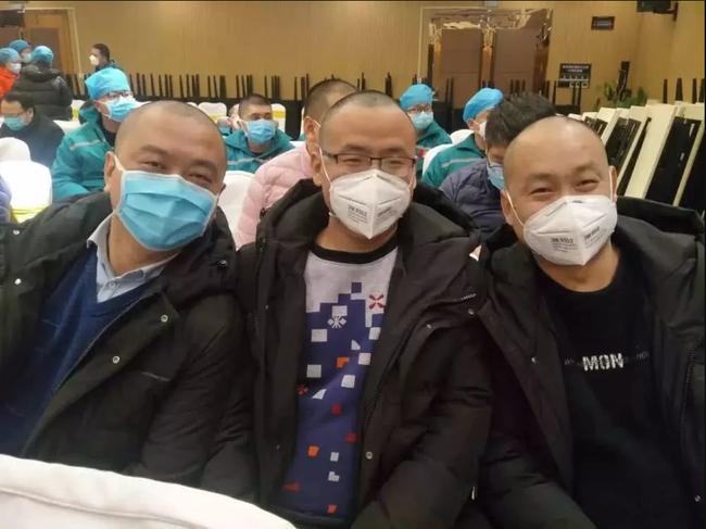 4 y tá nữ 9x tự nguyện cạo trọc tóc trước khi lên đường đến hỗ trợ cho tâm dịch Vũ Hán: Chúng tôi không khóc còn thấy mình rất ngầu - Ảnh 4.