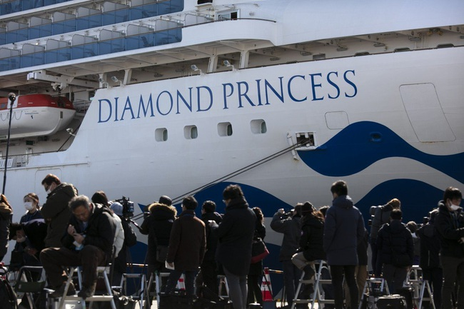 Thêm 8 bệnh nhân nhiễm Covid-19 trên du thuyền Nhật nguy kịch, hành khách trên tàu đón Valentine theo những cách đặc biệt - Ảnh 1.