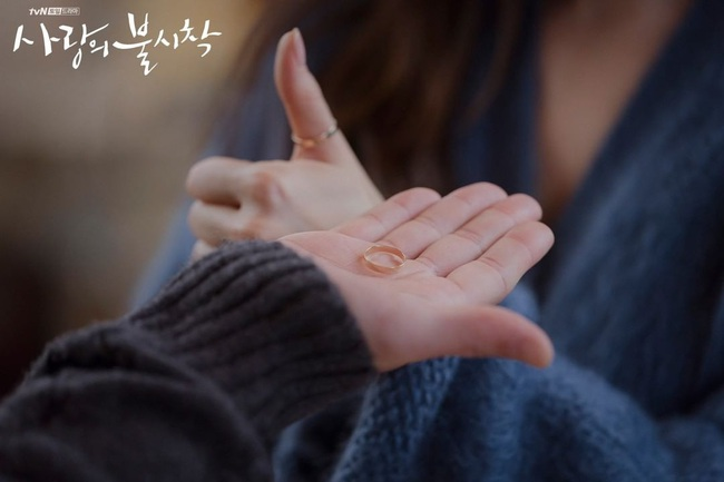 """Sự thật về cặp nhẫn đôi của Hyun Bin và Son Ye Jin sẽ khiến dân tình """"xoắn xuýt"""": Anh tính hỏi cưới chị luôn hay gì? - Ảnh 2."""