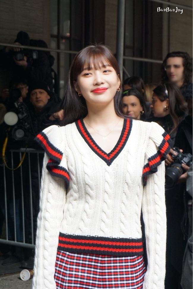 """Joy (Red Velvet) lên đồ xinh tươi như một viên kẹo ngọt, đẹp thách thức mọi góc chụp """"dìm hàng"""" tại NYFW - Ảnh 4."""