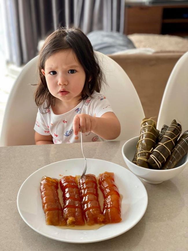 """""""Quý cô"""" Myla nghiêm túc học ăn bánh gio mật mía kiểu Hà Nội, lại còn """"xăm"""" cả ổ nhện lên tay khiến mẹ Hà Anh hết hồn - Ảnh 1."""