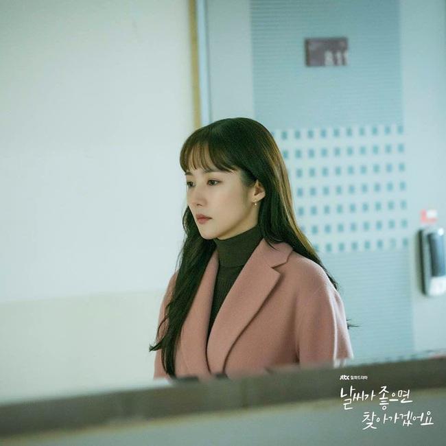 Cùng kết thân với tóc xõa mái mưa trong phim mới, liệu Park Min Young có đẹp xinh hút hồn bằng Seo Hyun và tình tin đồn của Lee Jong Suk? - Ảnh 2.
