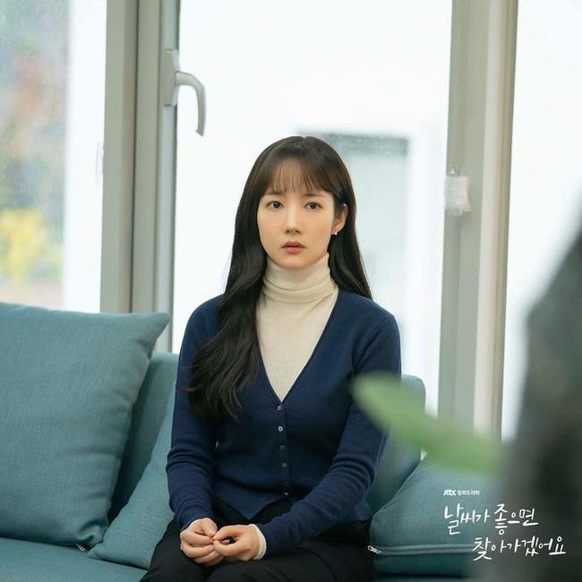 Cùng kết thân với tóc xõa mái mưa trong phim mới, liệu Park Min Young có đẹp xinh hút hồn bằng Seo Hyun và tình tin đồn của Lee Jong Suk? - Ảnh 1.