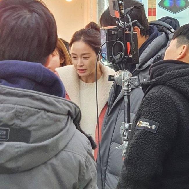 """Kim Tae Hee làm ma nữ tấu hài trong phim thế sóng """"Crash Landing On You"""": Để lộ bọng mắt to, da chảy xệ  - Ảnh 9."""