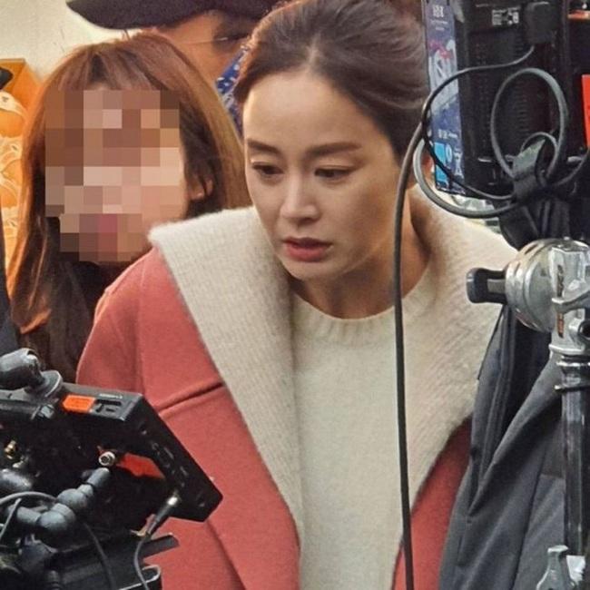 """Kim Tae Hee làm ma nữ tấu hài trong phim thế sóng """"Crash Landing On You"""": Để lộ bọng mắt to, da chảy xệ  - Ảnh 8."""